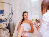Odmładza skórę i wspomaga jej regenerację. Dlaczego warto skorzystać z zabiegów z kwasem hialuronowym?